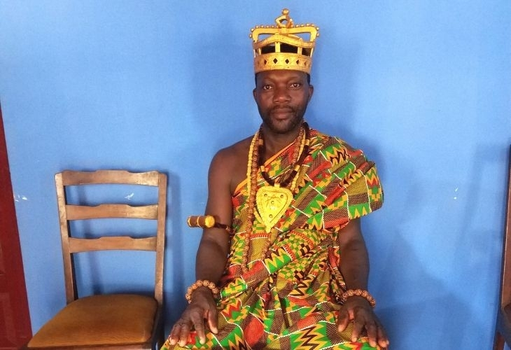 Le chef du village de Klo, vêtu de la tenue traditionnelle.